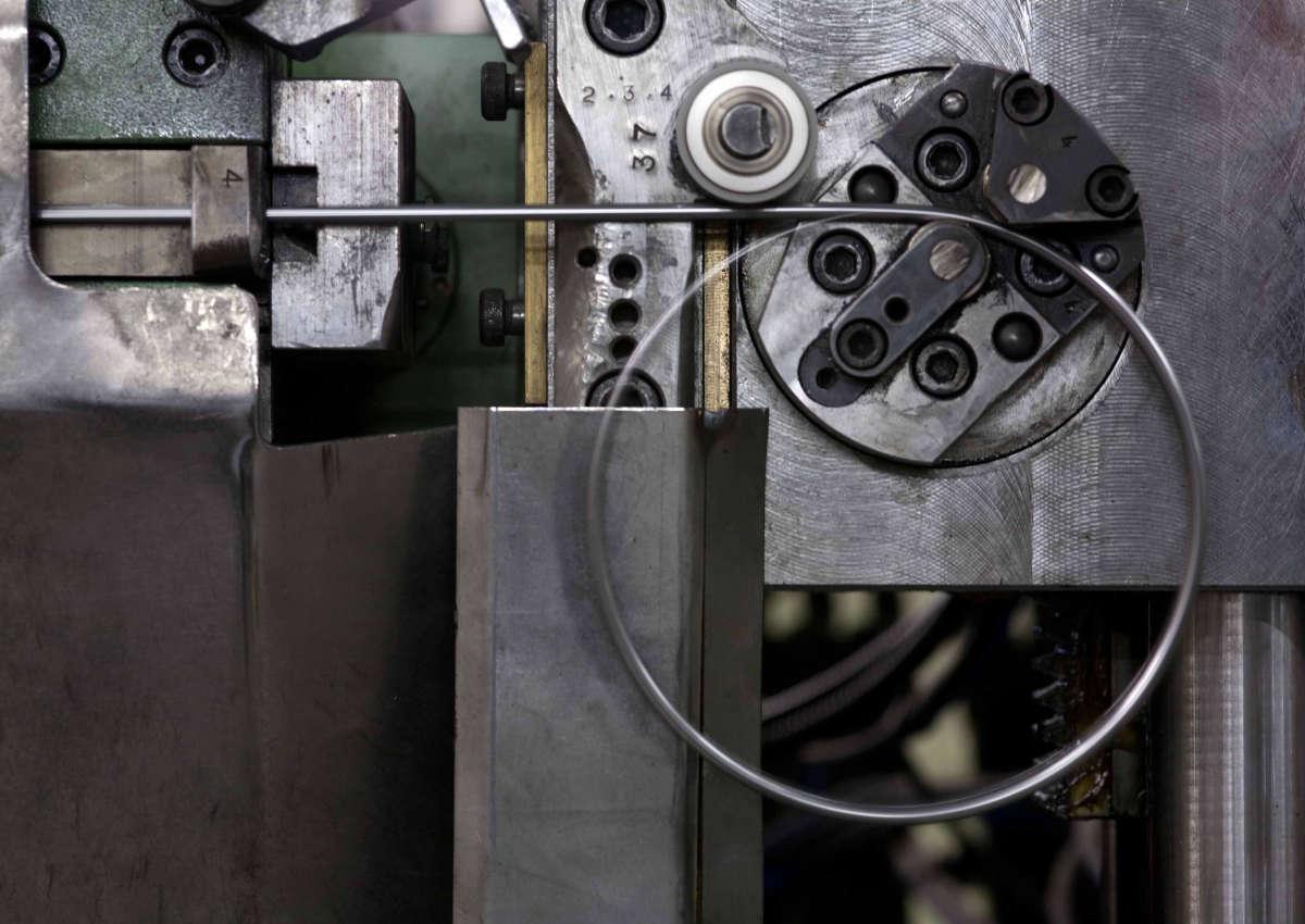 Processo piegatura filo metallico